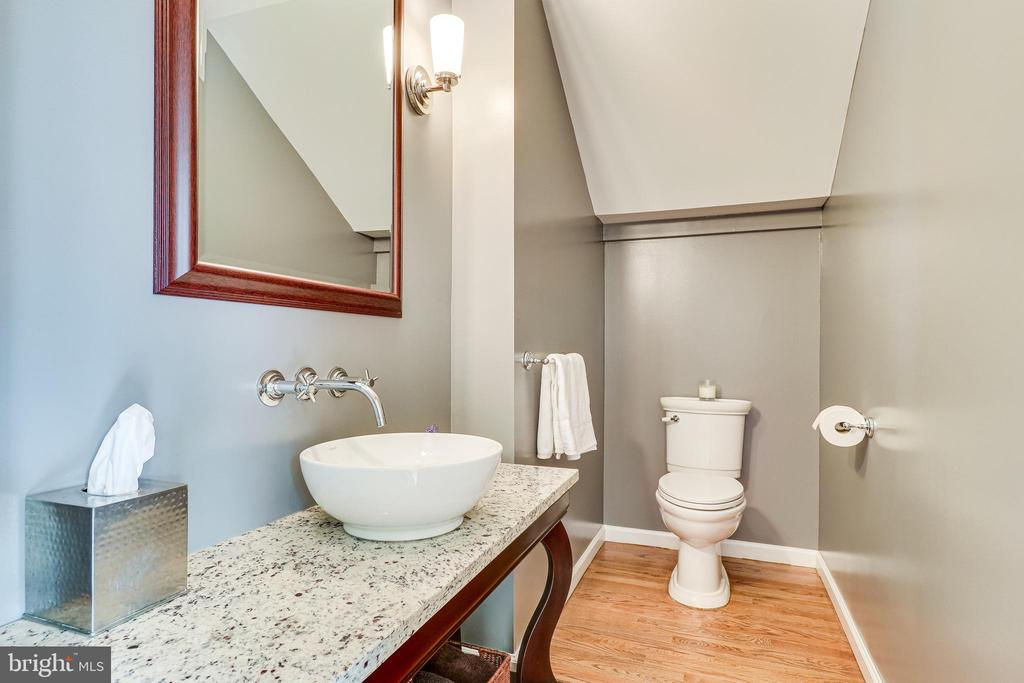 Updated main level power room - 7945 BOLLING DR, ALEXANDRIA