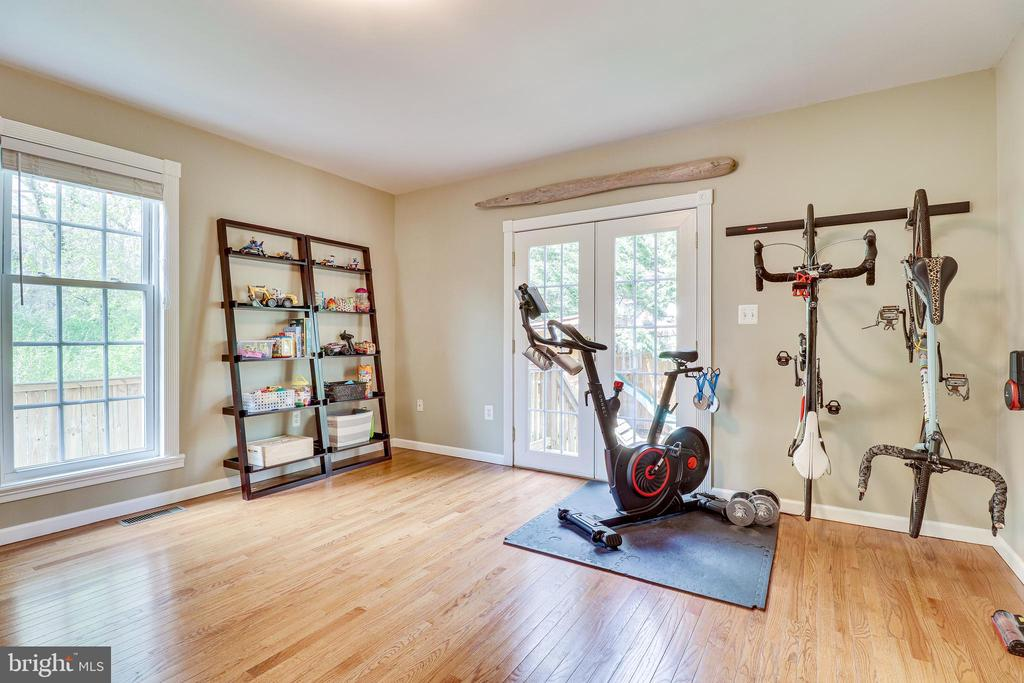 Large windows welcome natural light - 7945 BOLLING DR, ALEXANDRIA