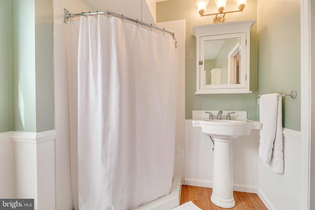 Primary bath with tub & shower - 7945 BOLLING DR, ALEXANDRIA