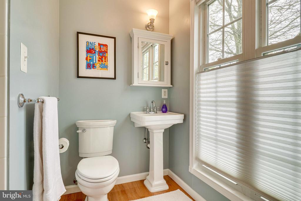 Bedroom 2 ensuite bath with standing shower - 7945 BOLLING DR, ALEXANDRIA
