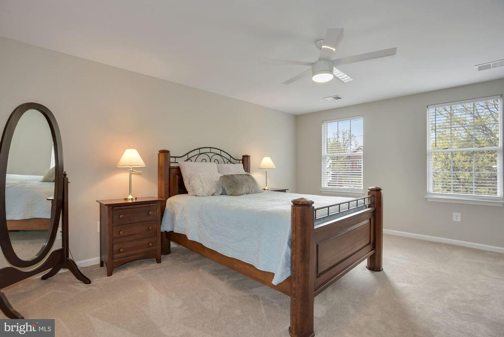 Primary bedroom has large walk in closet - 20642 OAKENCROFT CT, ASHBURN