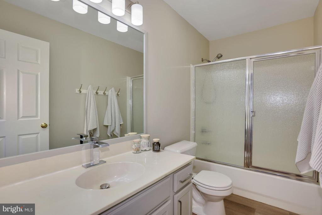 Hall bath - 20642 OAKENCROFT CT, ASHBURN