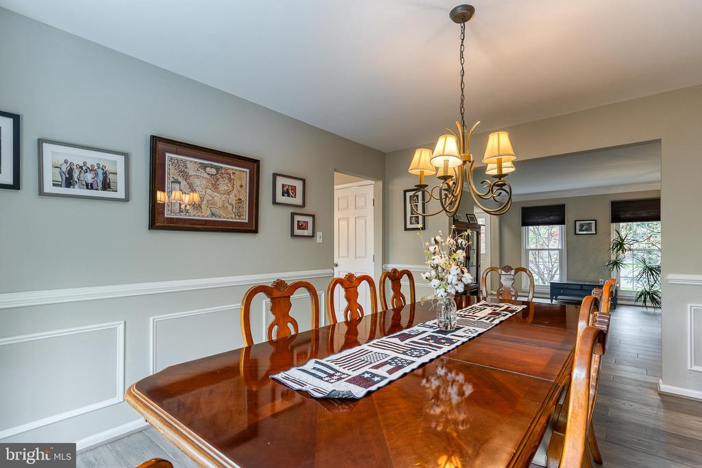 Crown molding and chair rail - 54 CHRISTOPHER WAY, STAFFORD