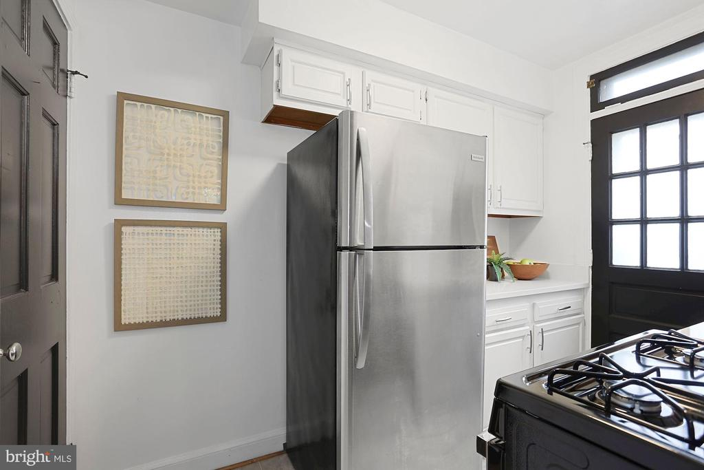 Updated kitchen - 1033 N MONROE ST, ARLINGTON