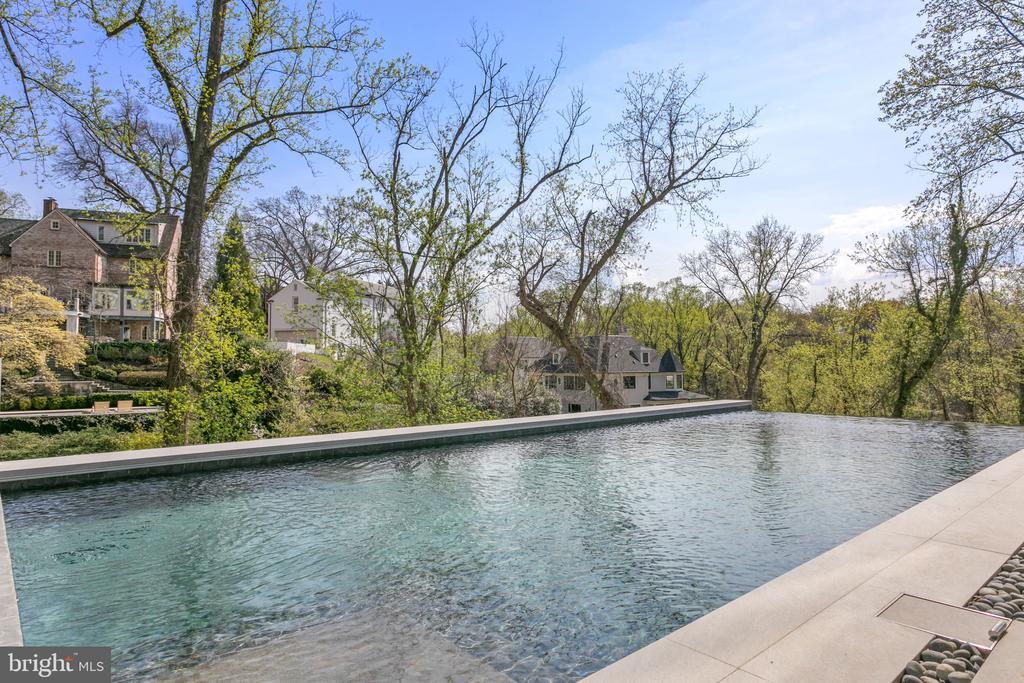 Infinity Edge Pool - 4640 CATHEDRAL AVE NW, WASHINGTON