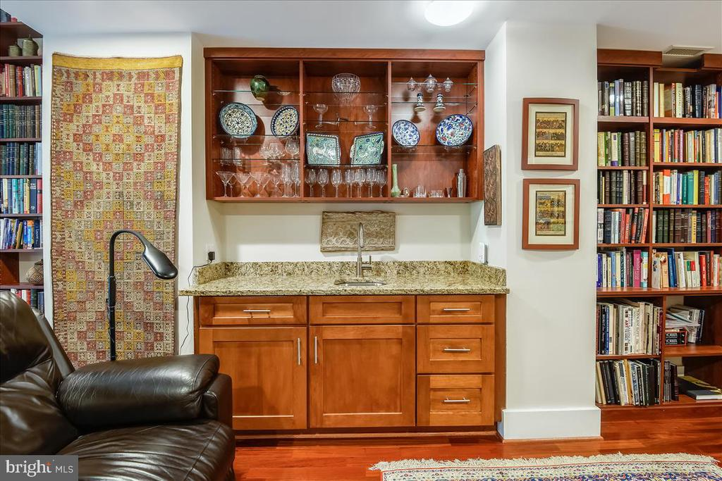 Wet bar that overlooks soaring two-story loft - 1615 N QUEEN ST #M204, ARLINGTON