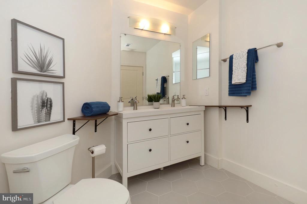 Owner's Bath - 1200 N HARTFORD ST #502, ARLINGTON