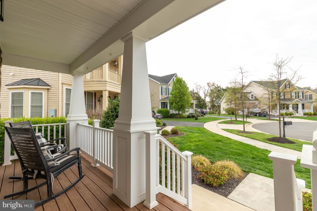 Cozy & Inviting Front Porch - 24215 CRABTREE CT, ALDIE