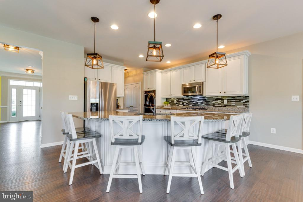 Gourmet Kitchen with Breakfast Bar - 24215 CRABTREE CT, ALDIE