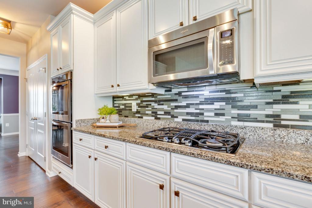 Gourmet Kitchen with Cooktop & Microwave - 24215 CRABTREE CT, ALDIE