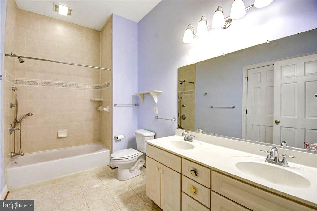 Large Hall Full Bath - 14515 SHIRLEY BOHN RD, MOUNT AIRY