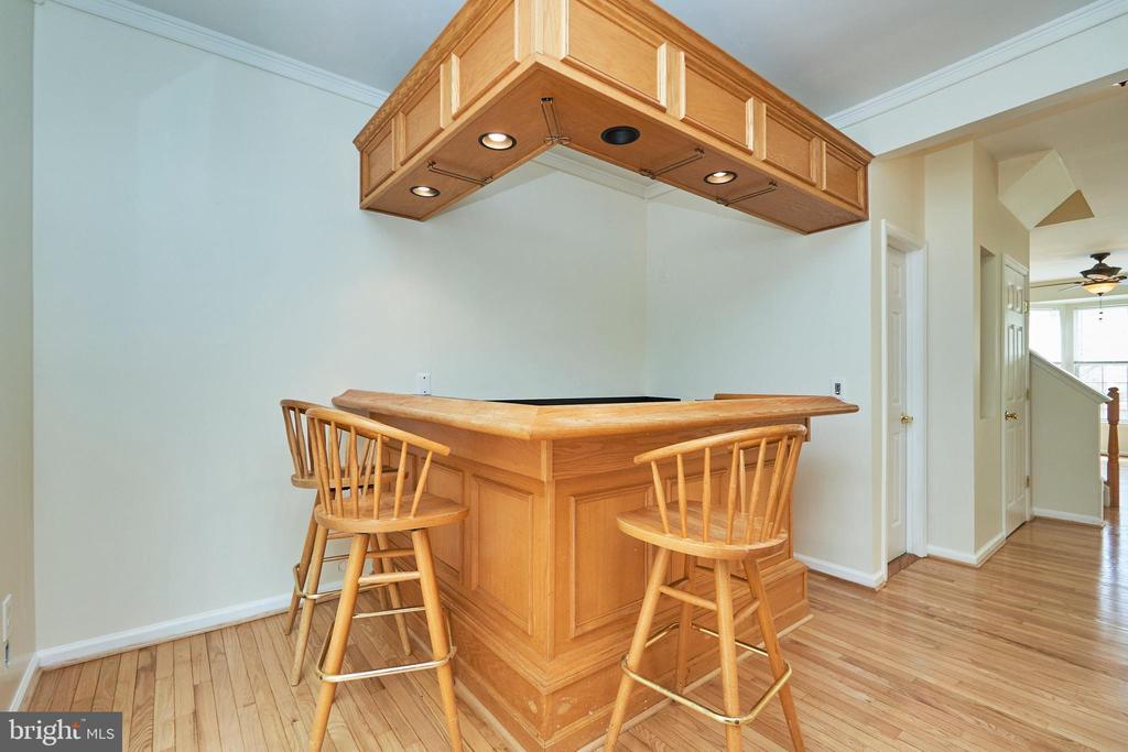 Lighted and bar stools convey - 11436 ABNER AVE, FAIRFAX