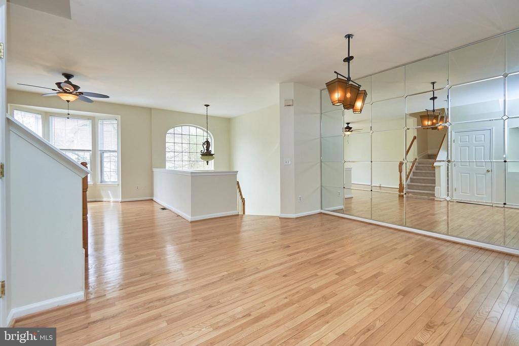 Dining room with mirrored wall - 11436 ABNER AVE, FAIRFAX