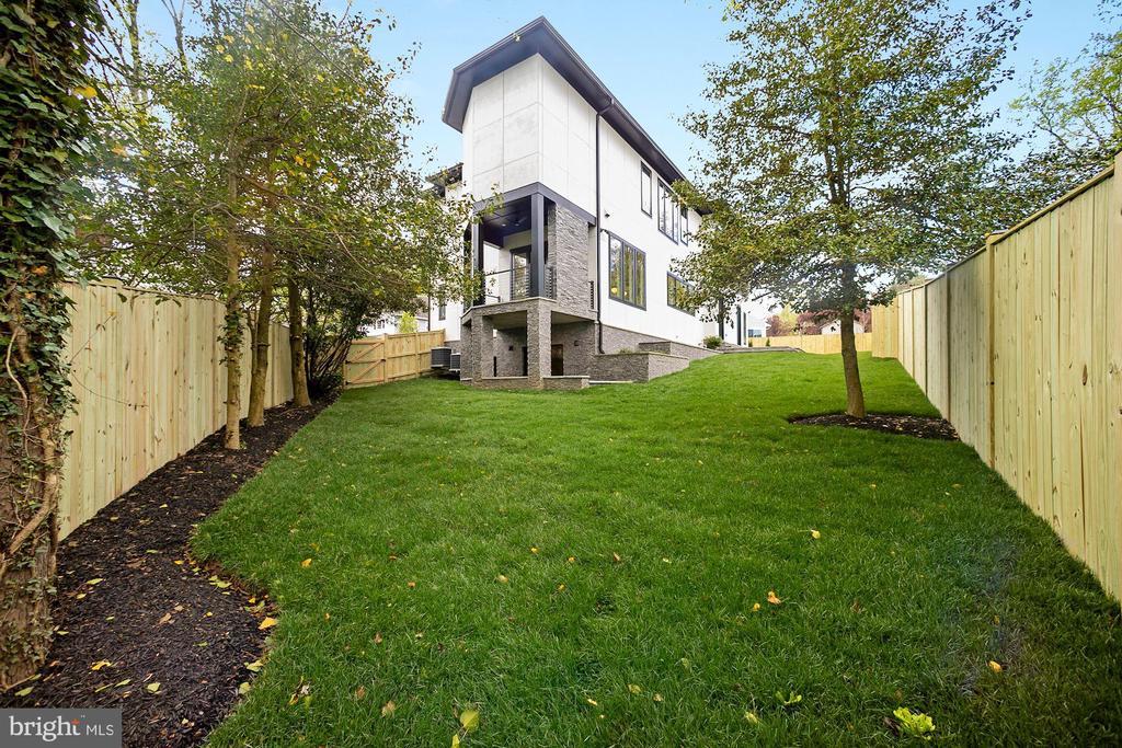 Fully fenced backyard - 5800 37TH ST N, ARLINGTON