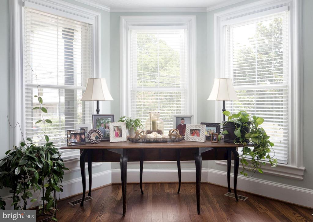 Bay Window in Living Room - 20857 ASHBURN RD, ASHBURN