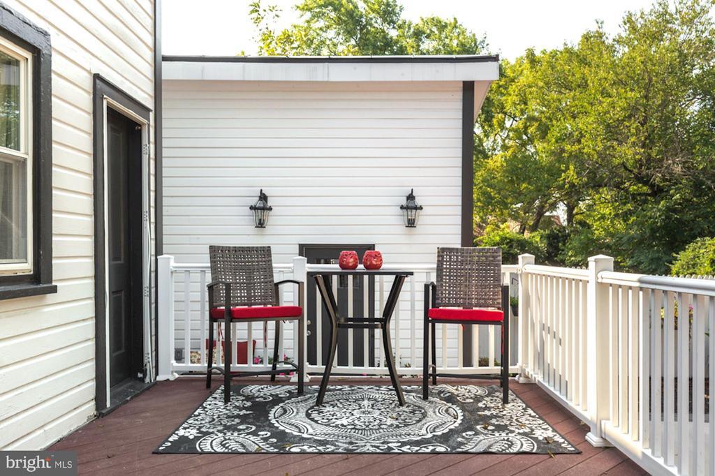 Spacious Deck w/ Several Seating Areas - 20857 ASHBURN RD, ASHBURN