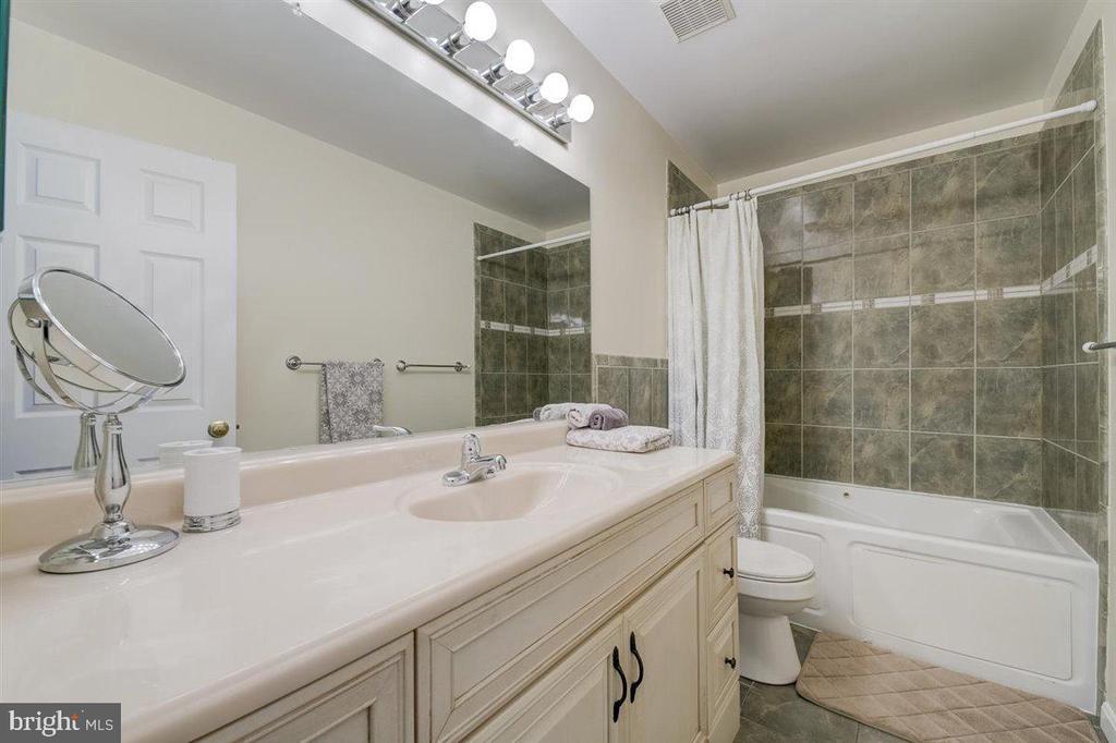 Hallway bath w/jet tub - 8900 MAGNOLIA RIDGE RD, FAIRFAX STATION