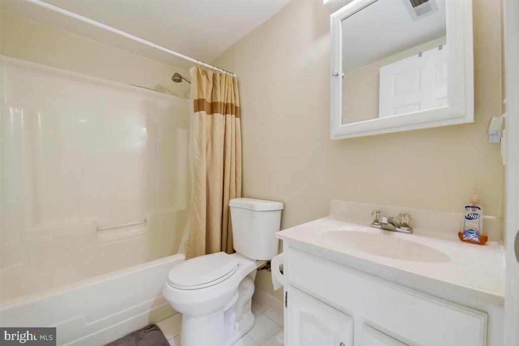 Full bath downstairs basement - 8900 MAGNOLIA RIDGE RD, FAIRFAX STATION