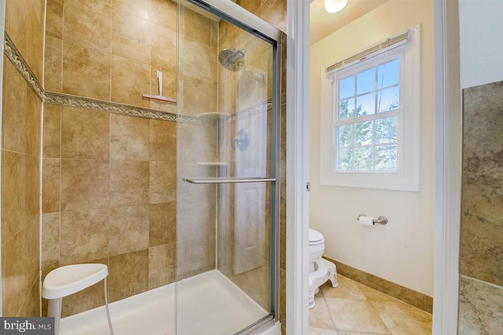 Primary bathroom (phone 3) - 8900 MAGNOLIA RIDGE RD, FAIRFAX STATION