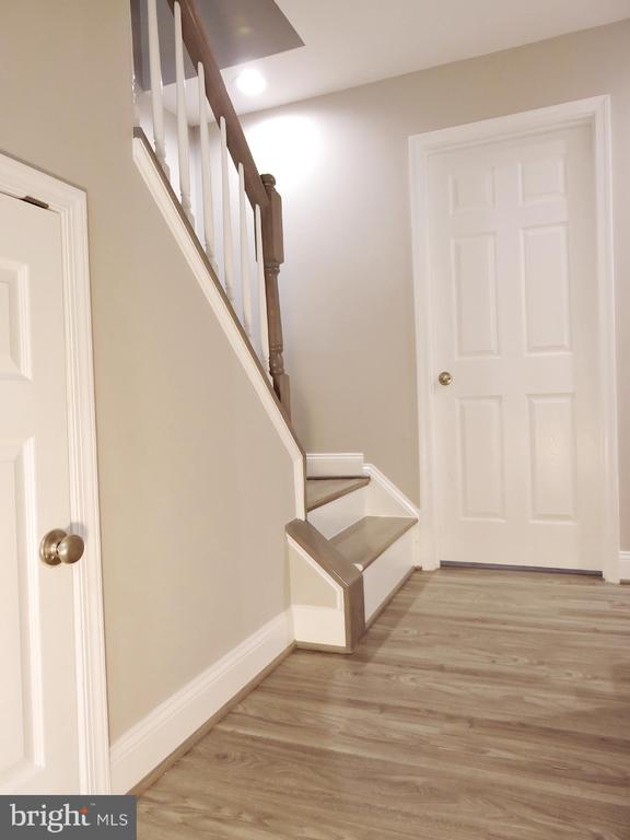 Hallway downstairs - 6343 BUFFIE CT, BURKE
