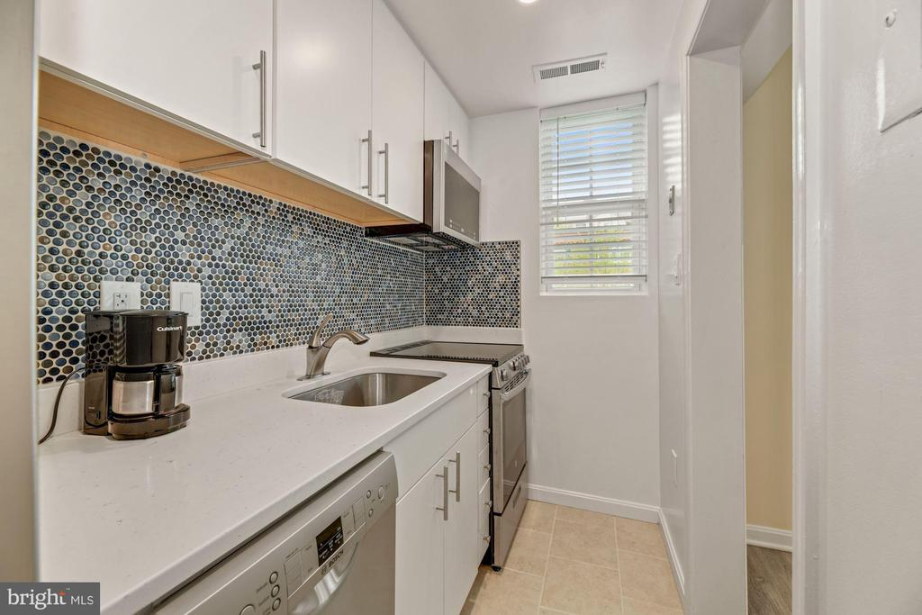 Stainless steel appliances,  much cabinet space - 1816 QUEENS LN #4-222, ARLINGTON