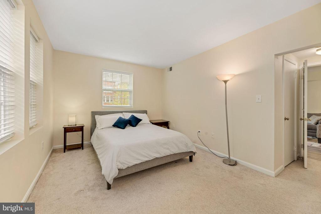 Open blinds in the morning & you're sunswept - 1816 QUEENS LN #4-222, ARLINGTON