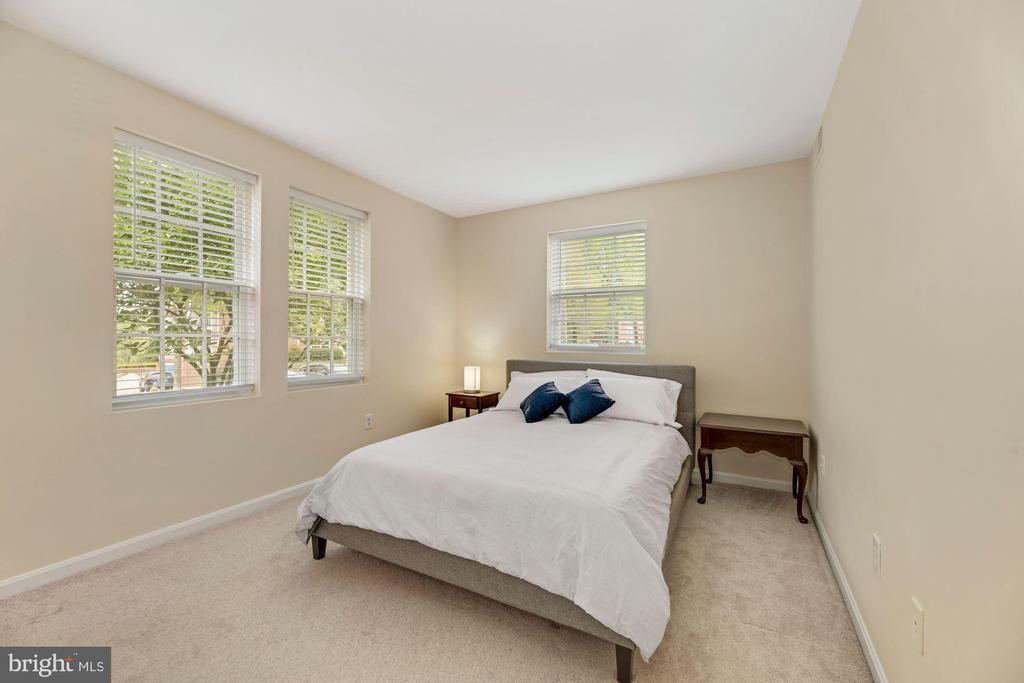 Corner bedroom - gorgeous greenery surrounds - 1816 QUEENS LN #4-222, ARLINGTON