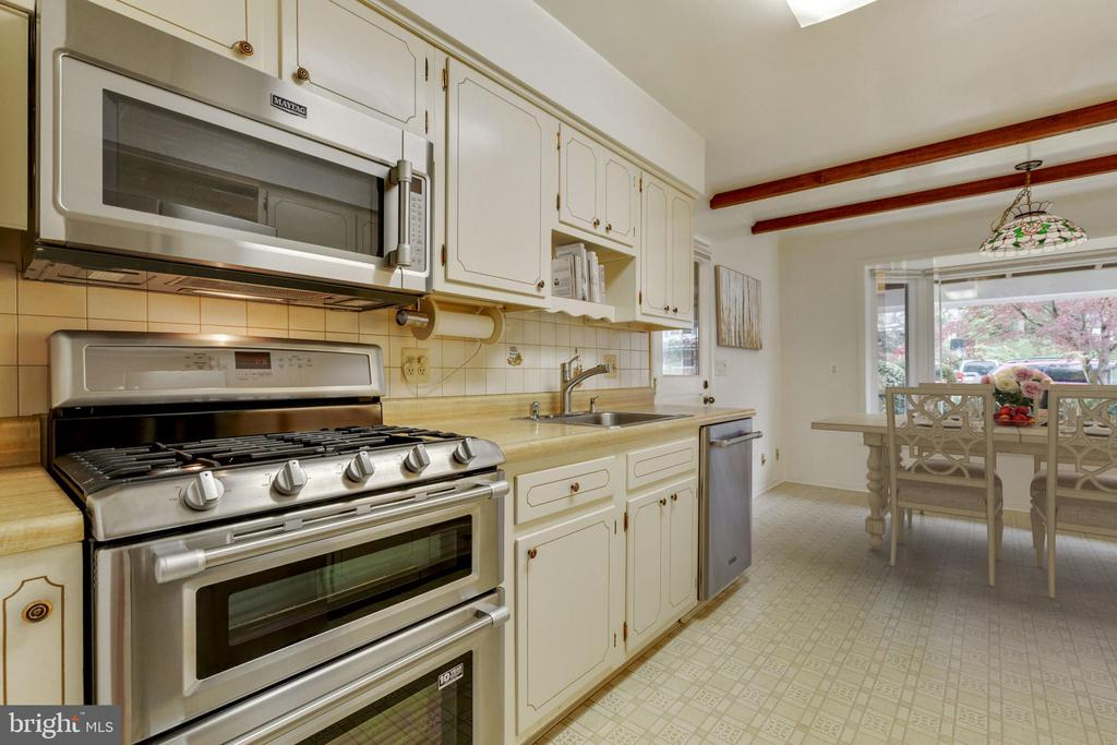 Maytag dual gas range and built in microwave - 5041 KING RICHARD DR, ANNANDALE