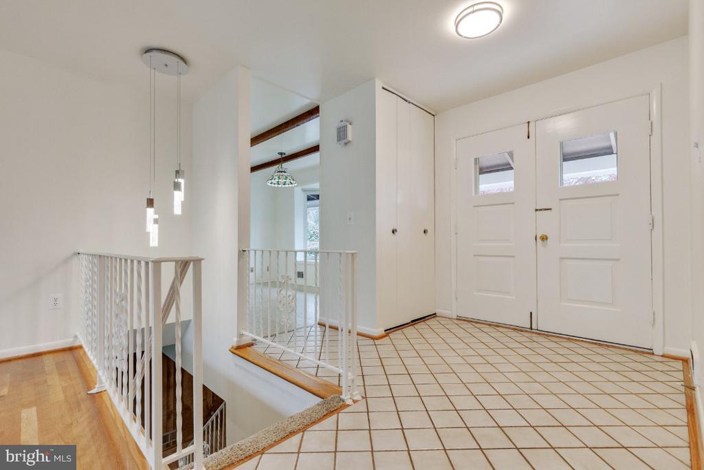 Welcoming tiled foyer - 5041 KING RICHARD DR, ANNANDALE