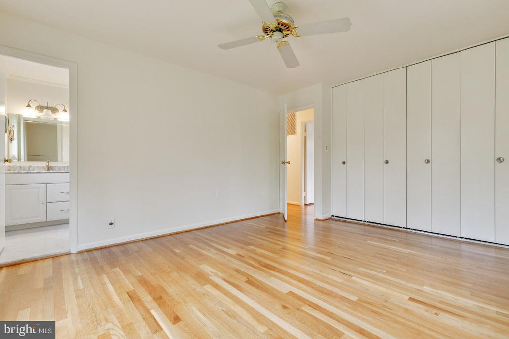 Primary bedroom with two closets and en-suite bath - 5041 KING RICHARD DR, ANNANDALE