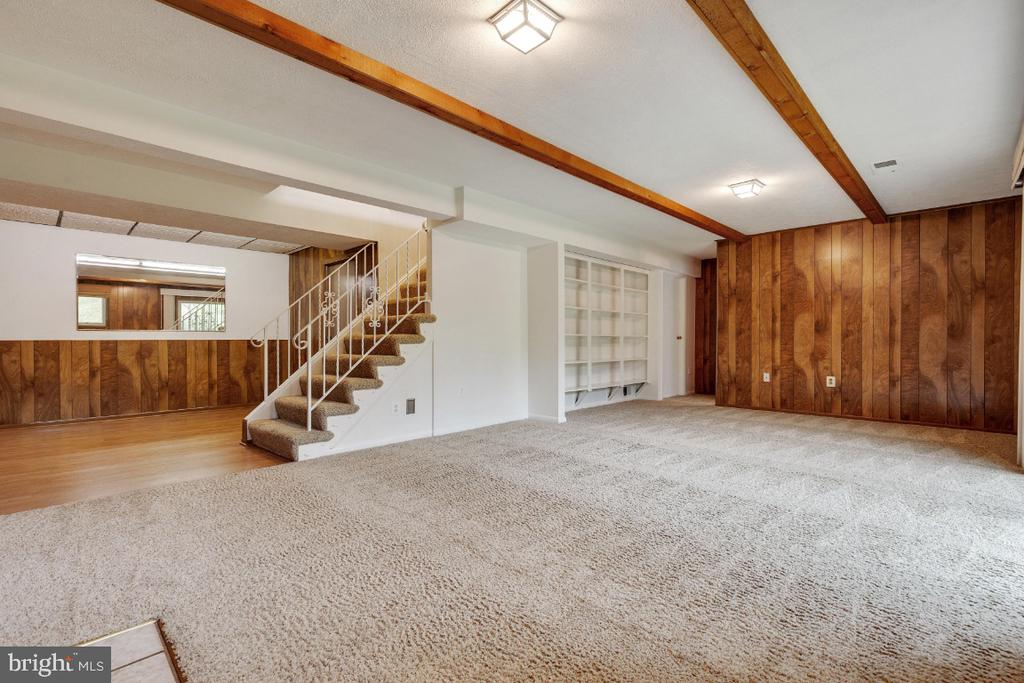 Huge family room with built in shelves - 5041 KING RICHARD DR, ANNANDALE