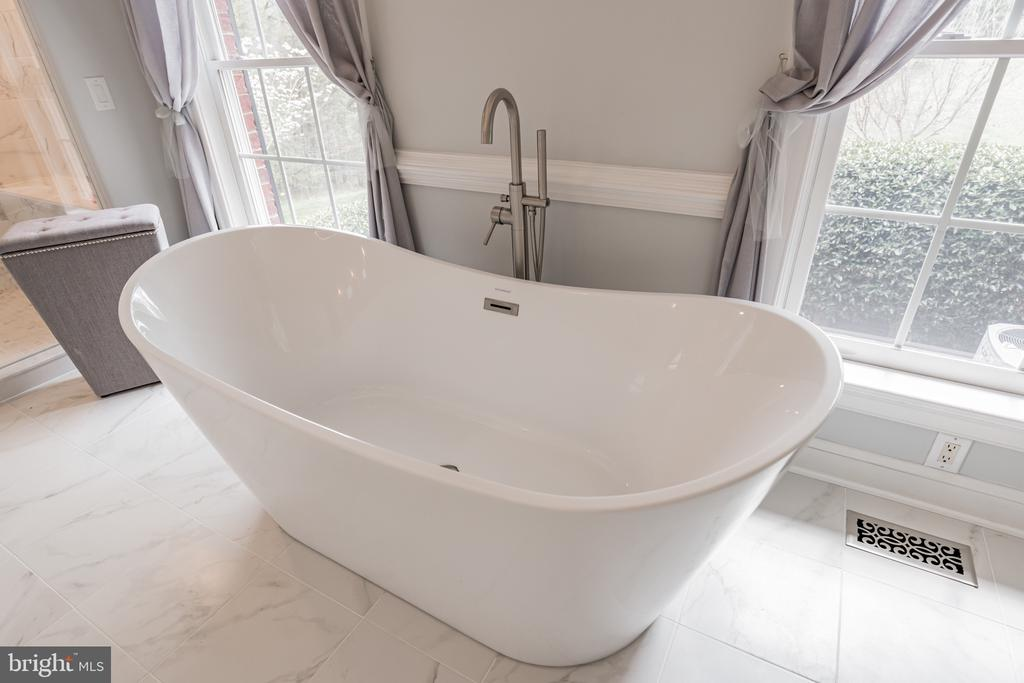 Modern Tub to Relax in - 12620 CHEWNING LN, FREDERICKSBURG