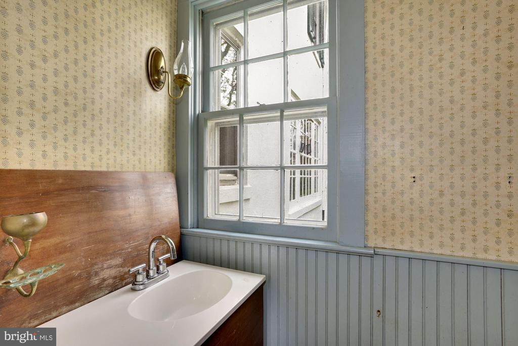 Powder Room on Main Level - 415 S MAPLE AVE, PURCELLVILLE