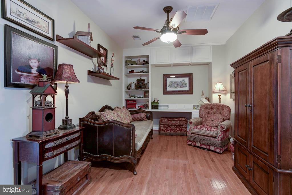 Loft or study on 2nd floor between bedrooms - 18362 FAIRWAY OAKS SQ, LEESBURG