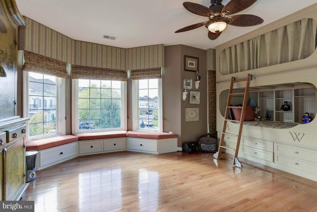 Spacious 3rd bedroom w/window seats & Full Bath - 18362 FAIRWAY OAKS SQ, LEESBURG