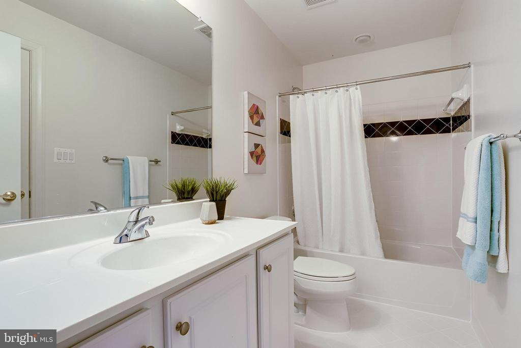 Upper level full bath - 18359 EAGLE POINT SQ, LEESBURG