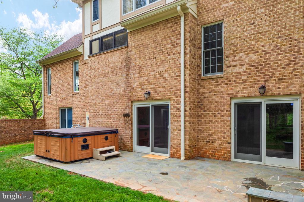 Side slate patio with conveying hot tub - 2405 OAKMONT CT, OAKTON