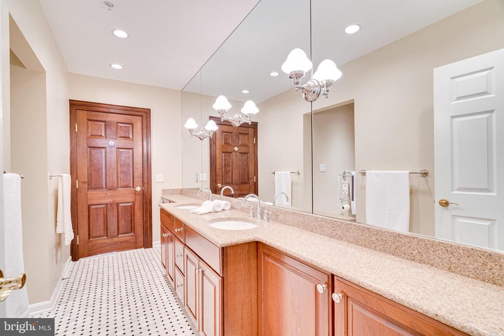 Connecting bath with double vanity - 1315 14TH ST N, ARLINGTON