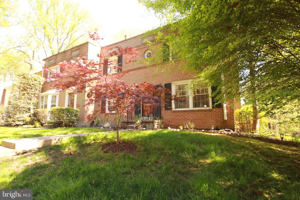 Gorgeous end unit TH with four sides brick - 1829 WAINWRIGHT DR, RESTON
