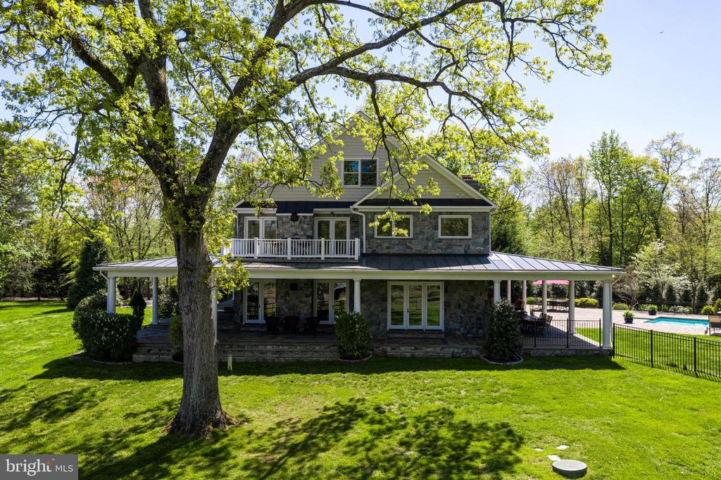 Perfectly sited among mature trees - 815 BLACKS HILL RD, GREAT FALLS