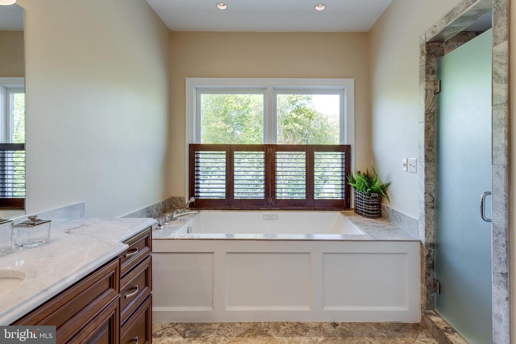 'Her' bathroom w/ soaking tub - 815 BLACKS HILL RD, GREAT FALLS