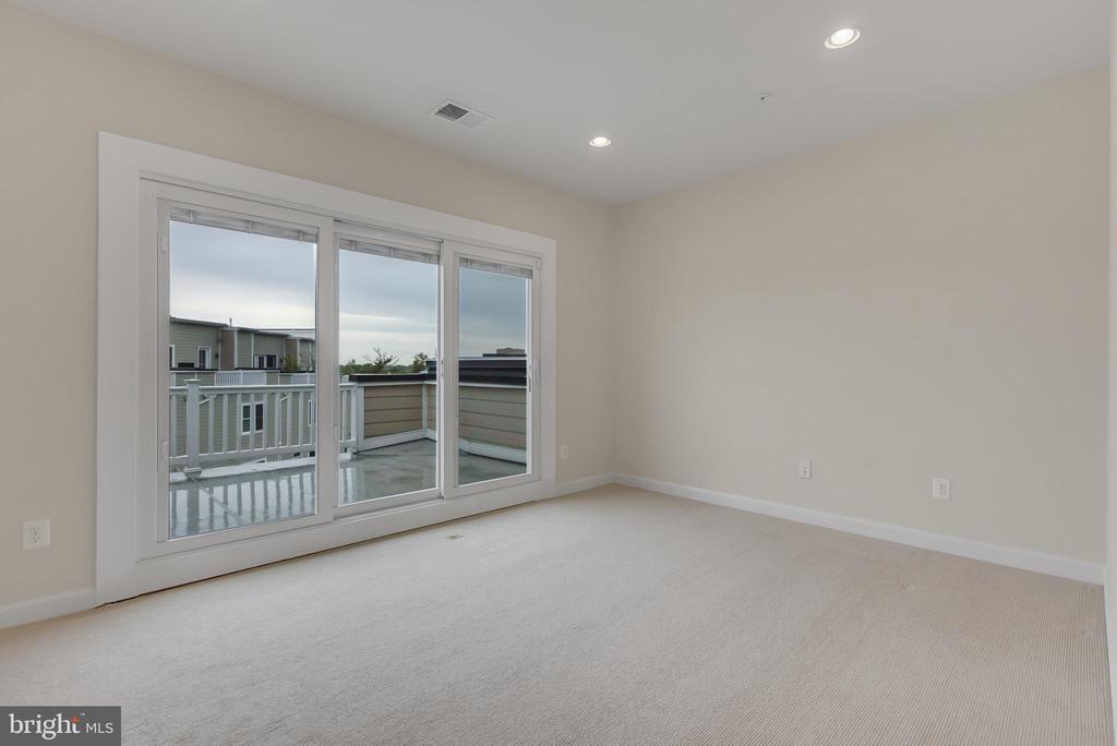 Bonus second living space with rooftop patio - 11357 RIDGELINE RD, FAIRFAX