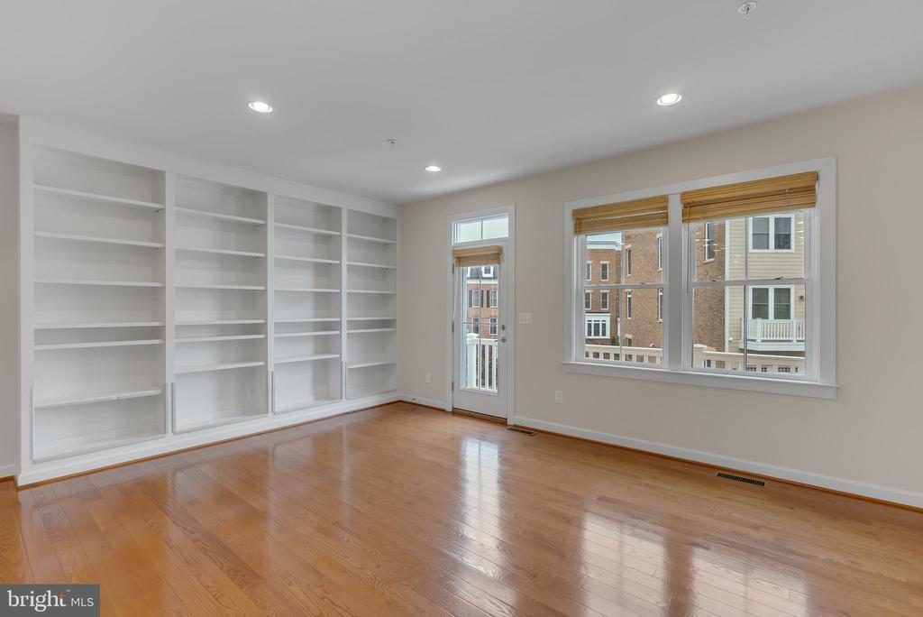 Living room with balcony access - 11357 RIDGELINE RD, FAIRFAX