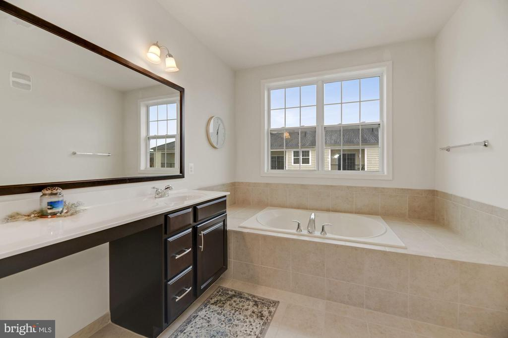 Primary Bathroom - Relax in this HUGE Soaking Tub! - 43213 THOROUGHFARE GAP TER, ASHBURN