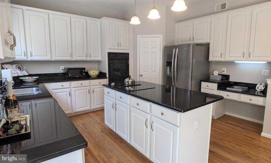 A Large, Gorgeous Kitchen! - 10481 COURTNEY DR, FAIRFAX