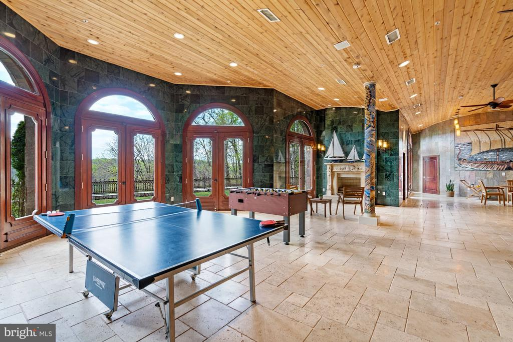 Let the Outdoors In - 612 RIVERCREST DR, MCLEAN