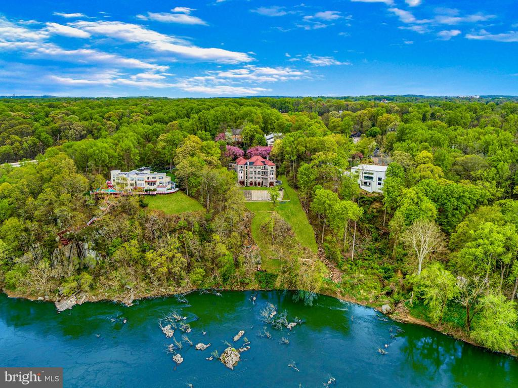 The Ultimate Waterfront Lifestyle - 612 RIVERCREST DR, MCLEAN