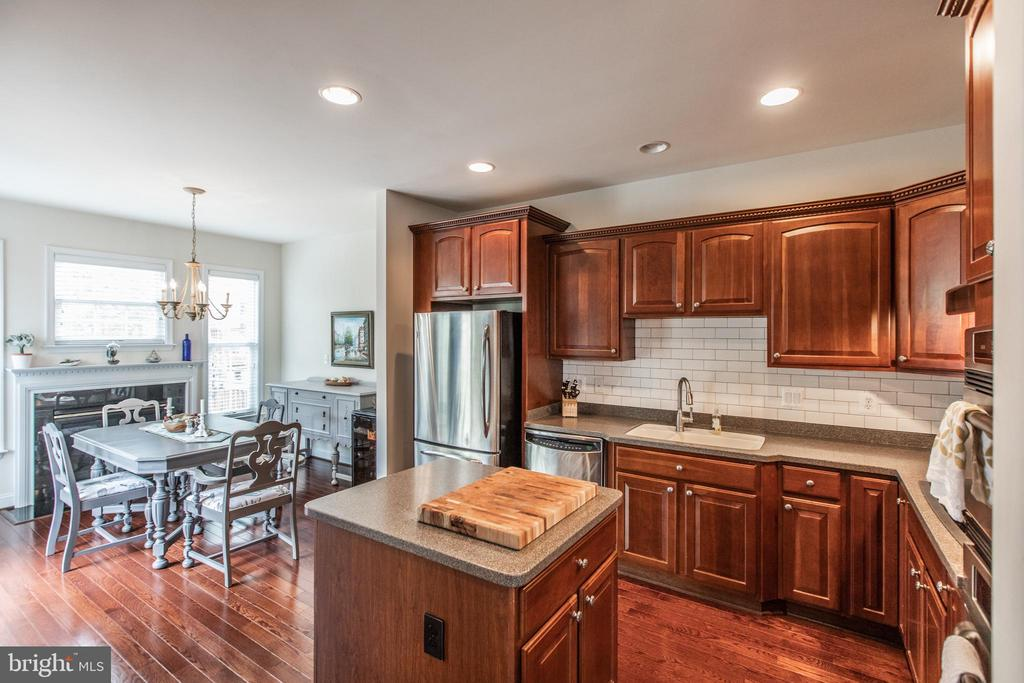 Stainless Steel Appliances and Corian Countertops! - 8921 TAPPEN MILL WAY, MANASSAS