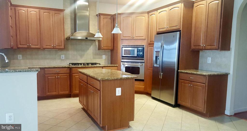 Large Open Kitchen - 24905 EARLSFORD DR, CHANTILLY
