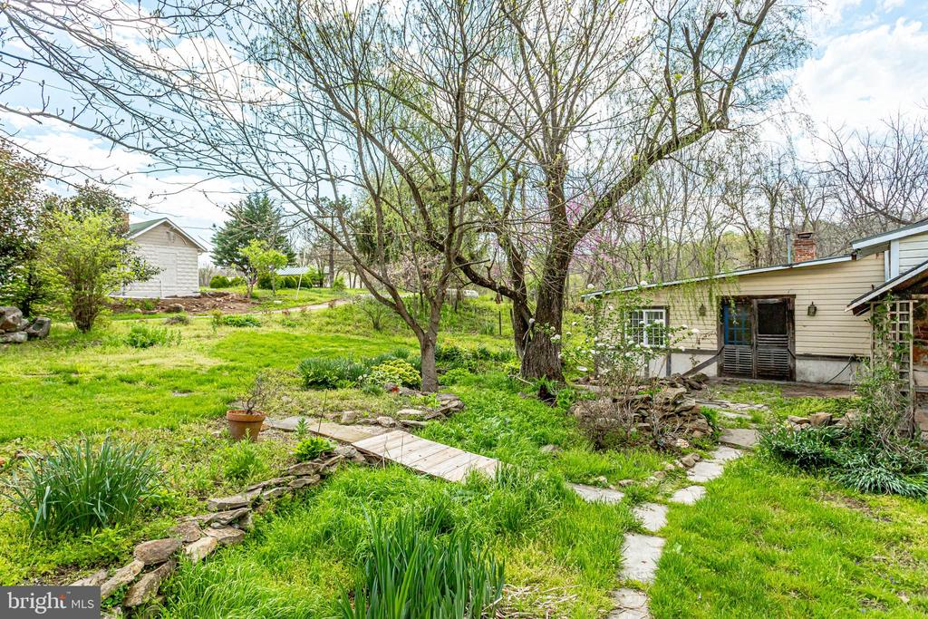 Gardens waiting for you - 19525 TELEGRAPH SPRINGS RD, PURCELLVILLE